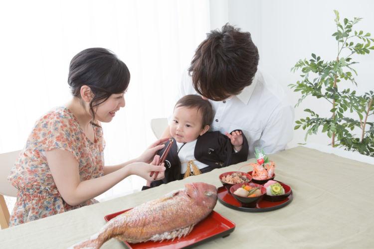 お食い初めの祝い金相場は?渡すときのマナーやお金以外の贈り物例も紹介