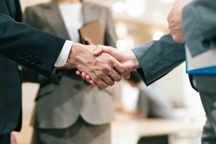 会社の取引先など社外の人へ渡すときの注意点