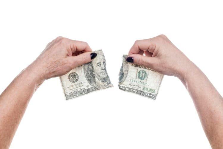 破れたお札はどうする?お金が燃えた・汚れた場合の対処や交換方法も解説!