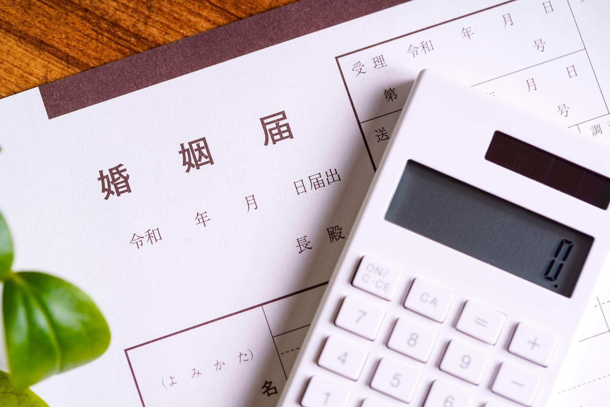 挙式だけで平均約355万円、トータルで600万円を超えるケースも