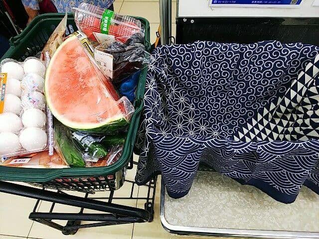 スーパーで買い物したら、もう一つのカゴに風呂敷を広げ、買ったものを入れていきます。